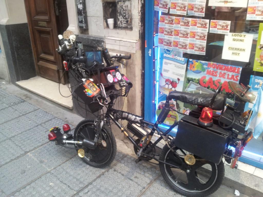 ... jalgratas kus olid kõik asjad peal, alates IPad ja lõpetades muusikakeskusega!