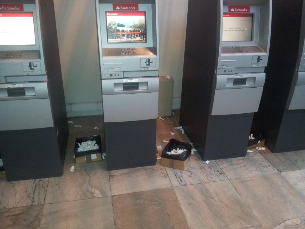 ... pangaautomaatide ümbrused olid samuti sodi täis!