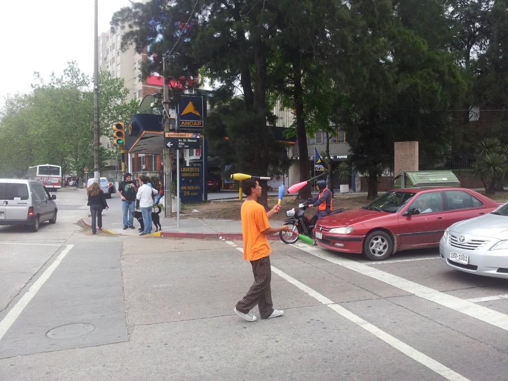... žonglöör valgusfoori alla autojuhte lõbustamas, muidugi mitte tasuta!