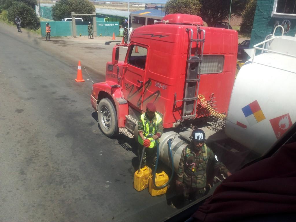 ...Boliivia-Peruu piiril! Boliivias on kütus 3-4 korda odavam ja Peruu ei luba rohkem paagis kütust kui 100 L veoautol, sõiduautol 20 L - ülejäänud kütus pumbatakse välja!