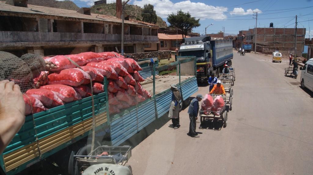 ... koormate ümberlaadimine mis toimetati väikeste kärudega Boliivia!